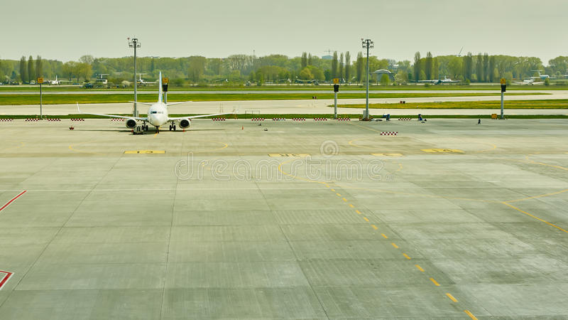 Aeroplano en la puerta terminal lista para el despegue imagen de archivo libre de regalías