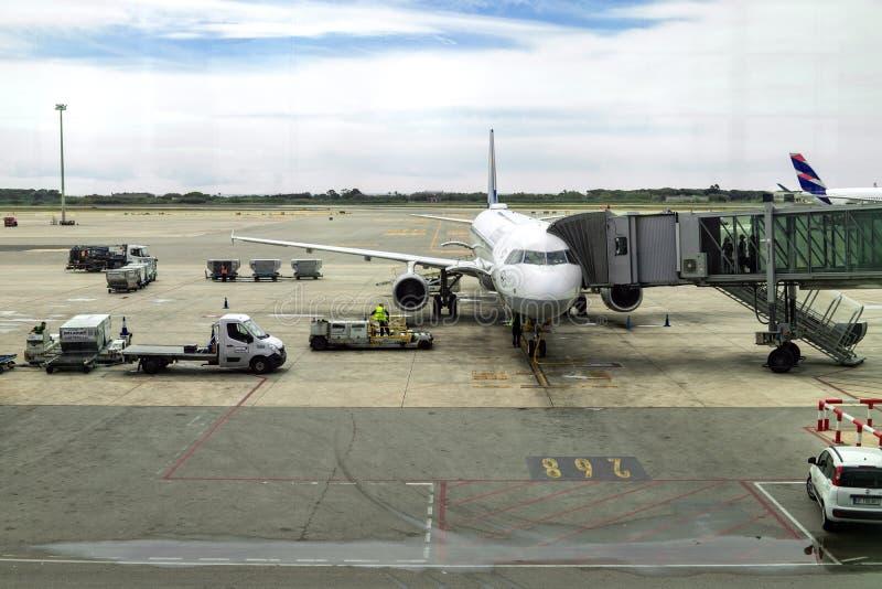 Aeroplano en la puerta terminal preparada para una salida foto de archivo libre de regalías