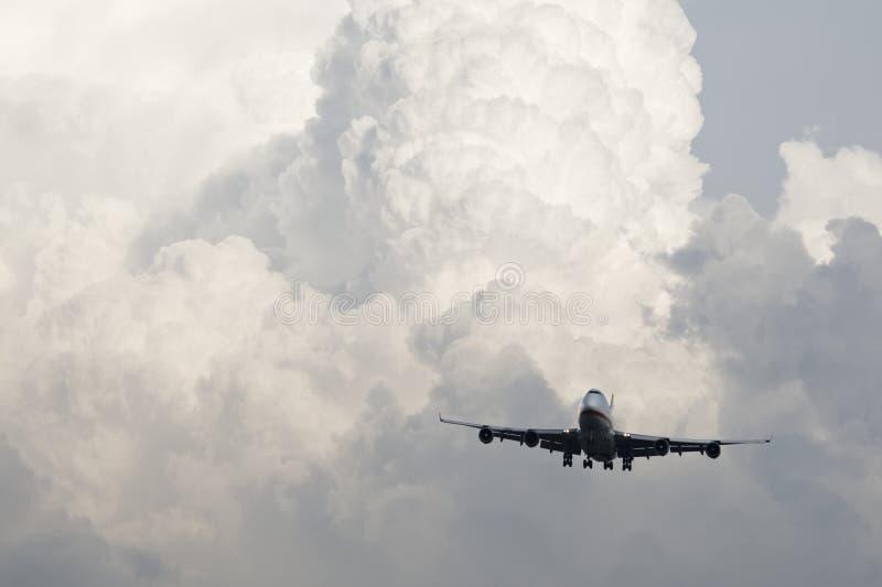 Aeroplano en nubes fotografía de archivo
