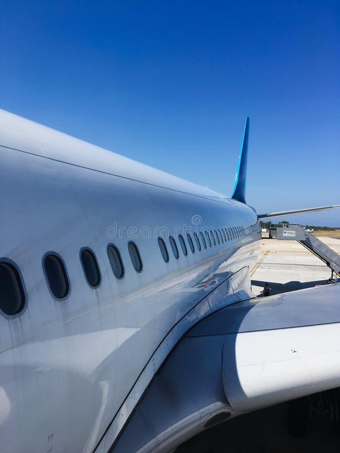 Aeroplano en perspectiva de disminución en la pista de despeque mientras que carga imagenes de archivo