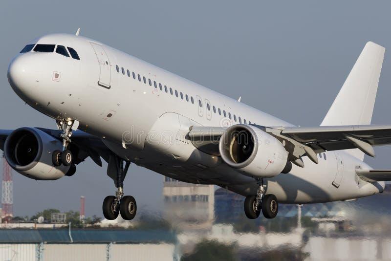 Aeroplano estrecho blanco del jet del cuerpo foto de archivo libre de regalías
