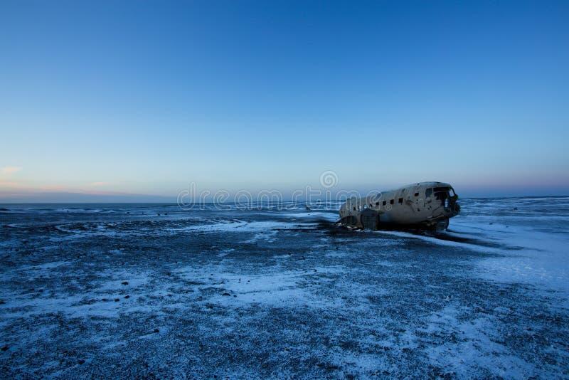 Aeroplano estrellado en la playa negra de la arena, Islandia foto de archivo libre de regalías