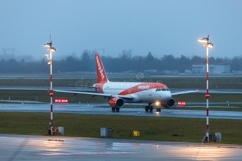 Aeroplano fácil del jet en el aeropuerto Alemania de Düsseldorf bajo la lluvia imagenes de archivo