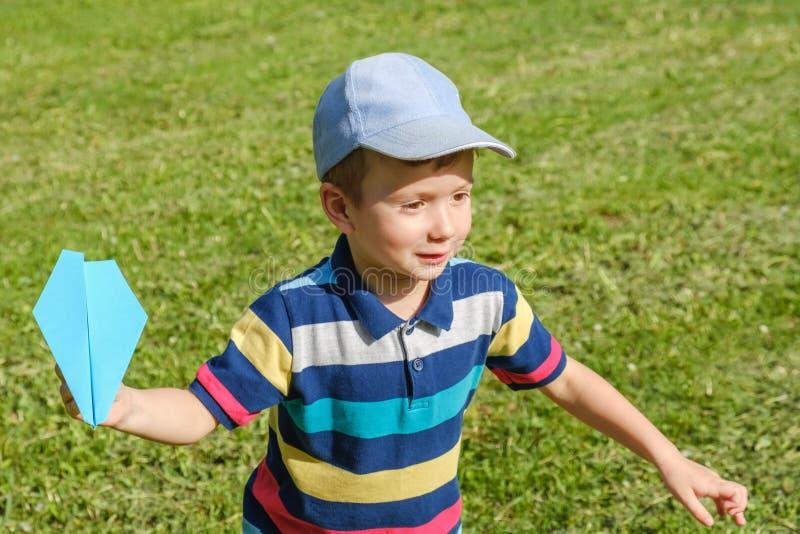 Aeroplano felice del bambino del ragazzo del bambino felicità dell'erba fotografia stock libera da diritti