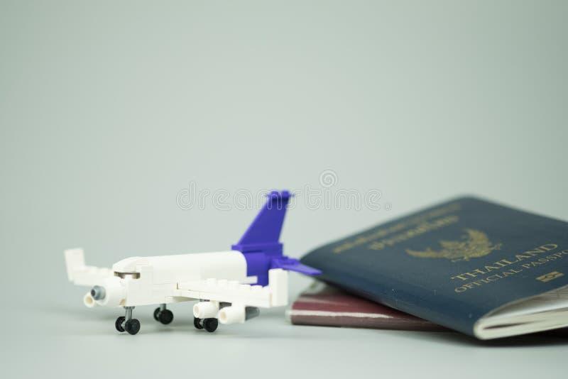 Aeroplano giocattolo e passaporto cittadino thailandese e passaporto ufficiale della Thailandia fotografie stock