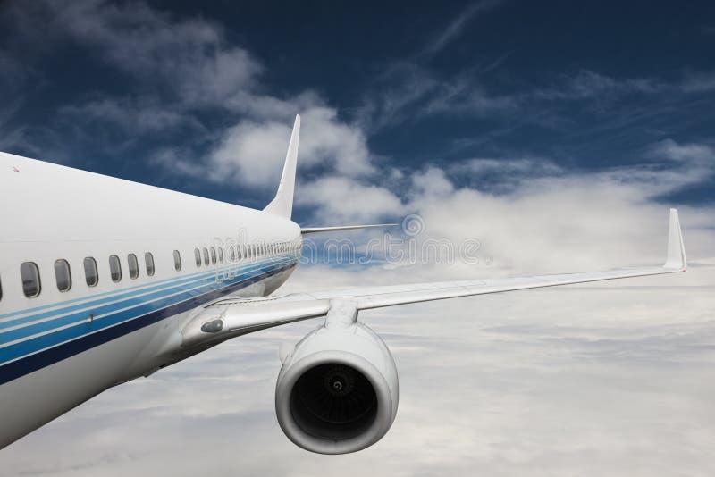 Aeroplano grande en el cielo fotografía de archivo