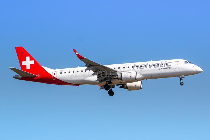Aeroplano Helvetic Airlines Embaer E190 a Zurigo fotografie stock libere da diritti