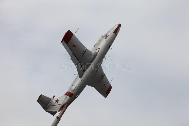 Aeroplano L-29 Delfin del monumento imágenes de archivo libres de regalías