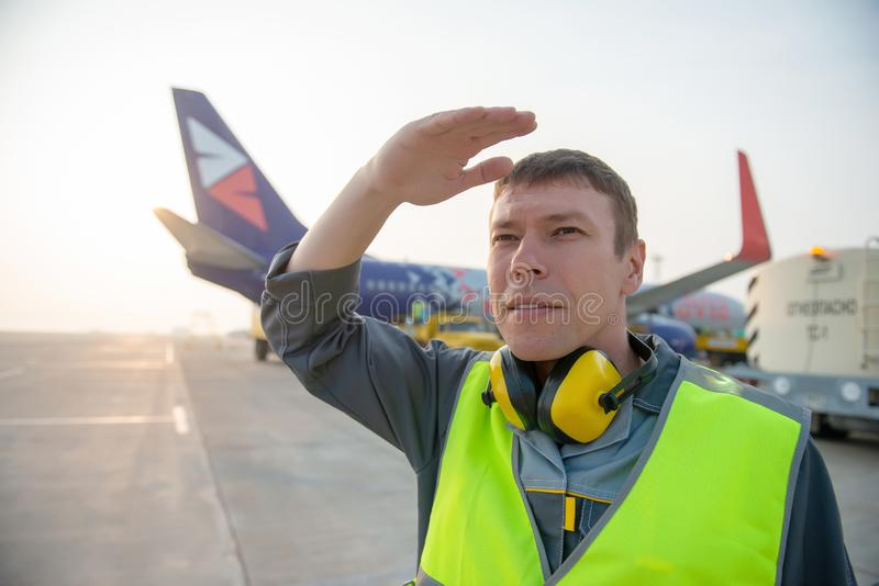 Aeroplano maschio degli aerei di manutenzione dell'uomo del lavoratore dell'aeroporto immagine stock libera da diritti
