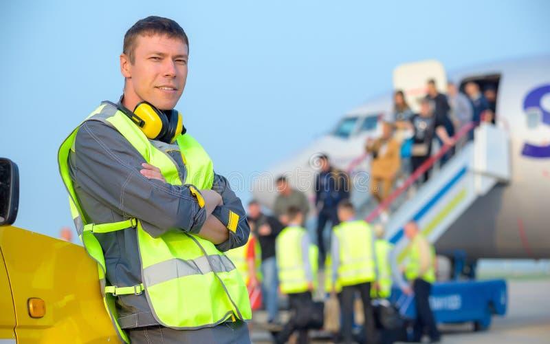 Aeroplano maschio degli aerei di manutenzione dell'uomo del lavoratore dell'aeroporto fotografie stock libere da diritti