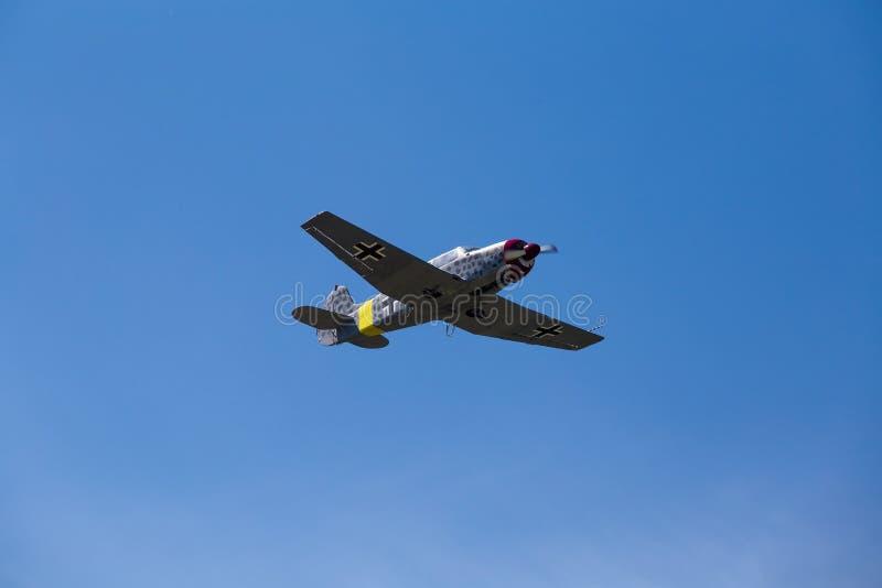 Aeroplano militar alemán en cielo azul fotografía de archivo