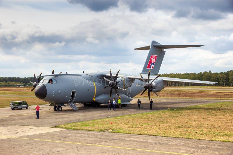 Aeroplano militar británico del cargo de Royal Air Force Airbus A400M en la pista de despeque de Kleine-Brogel imágenes de archivo libres de regalías