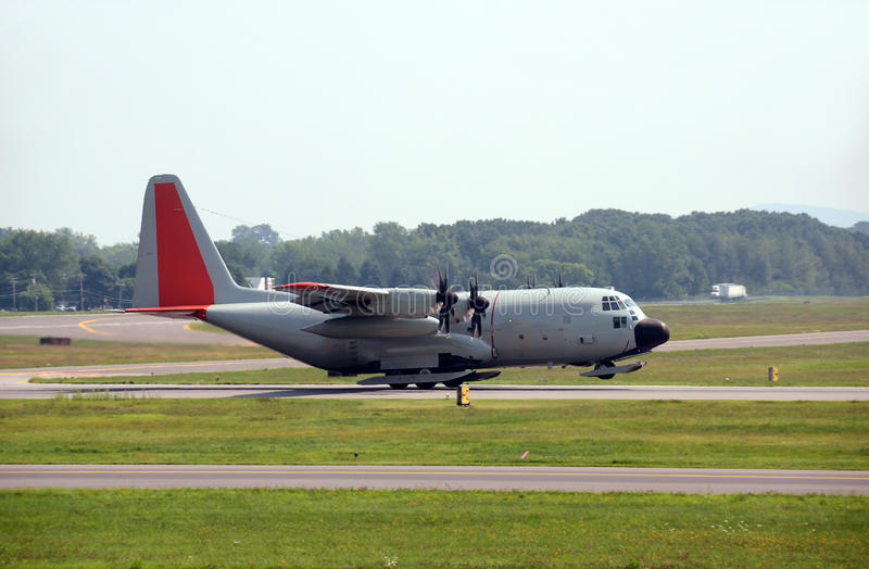 Aeroplano militar del cargo equipado del esquí foto de archivo libre de regalías