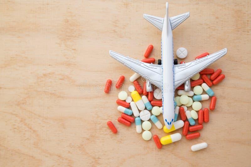 Aeroplano modelo con las píldoras multicoloras de clos del mareo imagen de archivo libre de regalías
