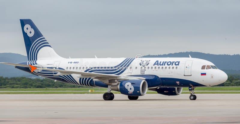 Aeroplano moderno Airbus A319 del pasajero de Aurora Airlines en pista Aviación y transporte imagen de archivo