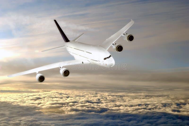 Aeroplano moderno nel cielo vicino all'aeroporto. fotografia stock libera da diritti