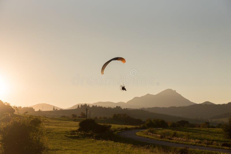 Aeroplano, paracaídas con el motor imágenes de archivo libres de regalías