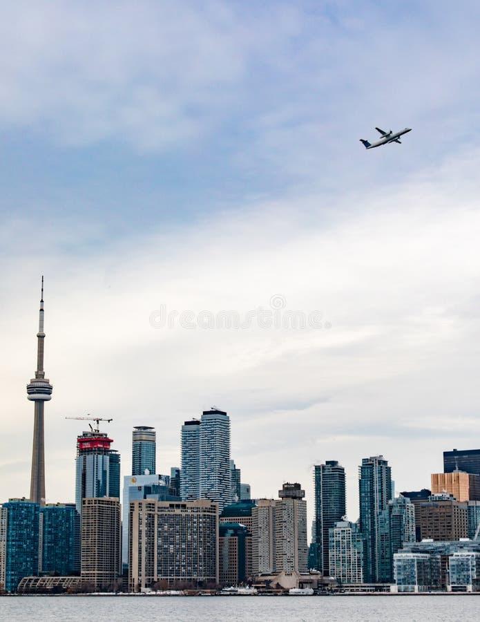 Aeroplano que comienza la ciudad céntrica Ontario Canadá de Toronto foto de archivo libre de regalías