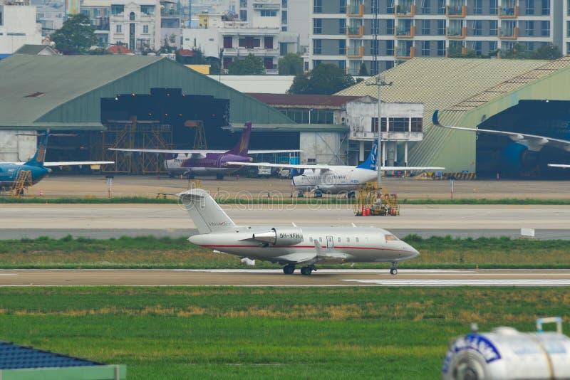 Aeroplano que lleva en taxi en la pista del aeropuerto foto de archivo