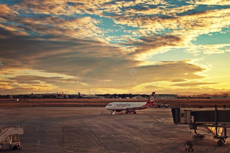 Aeroplano que lleva en taxi a la salida en el aeropuerto de Valencia. fotos de archivo libres de regalías