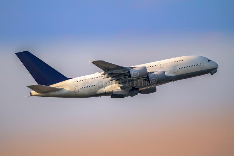 Aeroplano que saca el fron el aeropuerto imagen de archivo libre de regalías