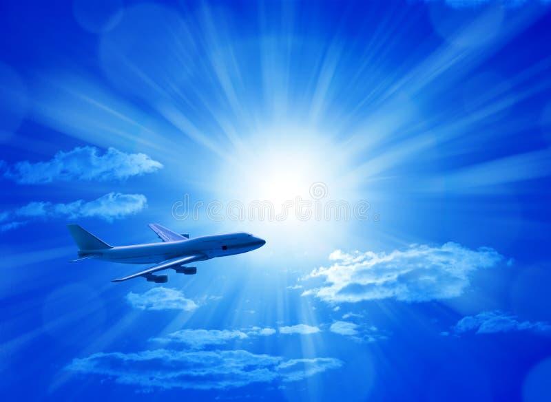 Aeroplano que vuela el cielo azul foto de archivo libre de regalías