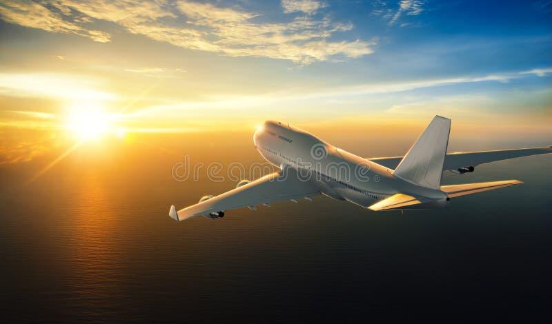 Aeroplano que vuela sobre el mar durante puesta del sol libre illustration