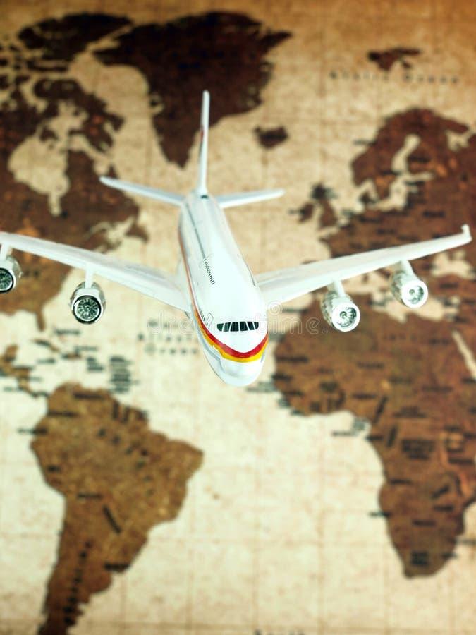Aeroplano sobre correspondencia de mundo fotos de archivo libres de regalías