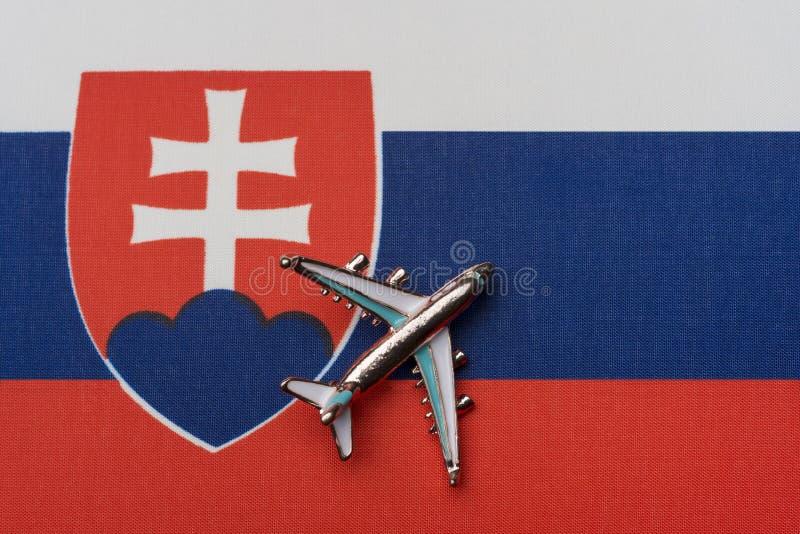 Aeroplano sobre la bandera de Eslovaquia, el concepto de viaje fotografía de archivo libre de regalías