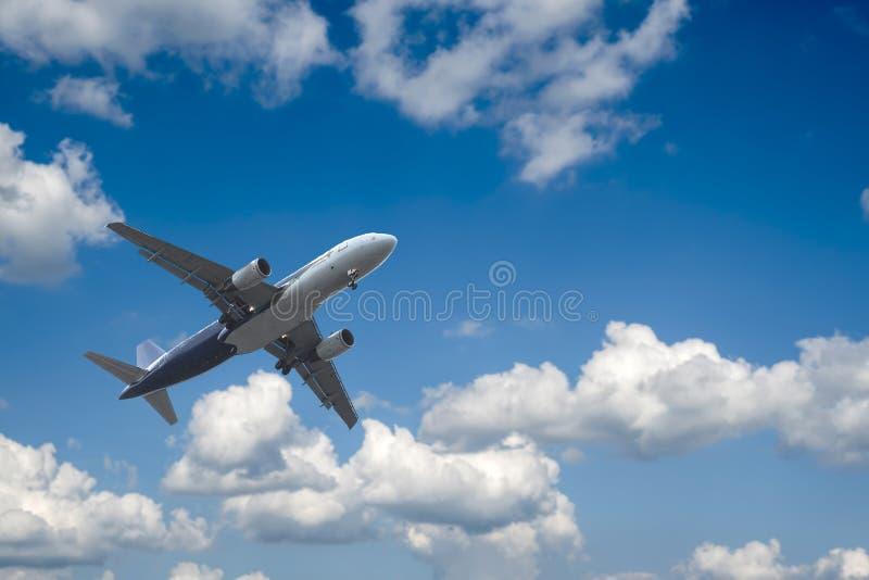 Aeroplano sobre las nubes fotos de archivo libres de regalías