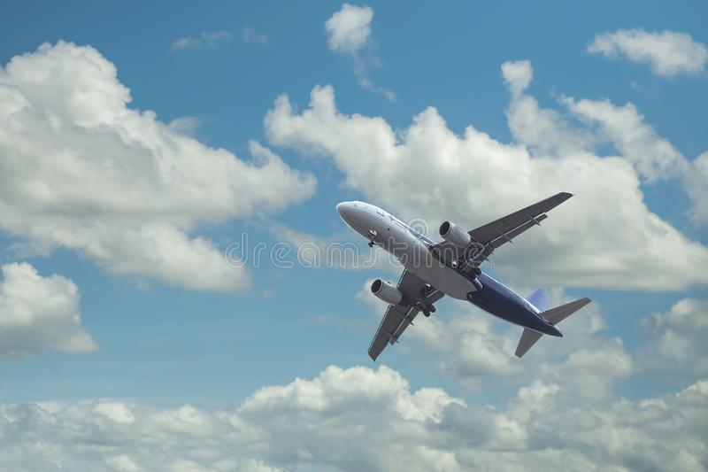 Aeroplano sobre las nubes imágenes de archivo libres de regalías