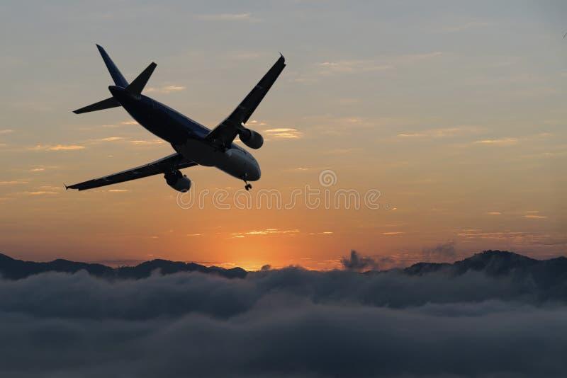 Aeroplano sobre las nubes imagen de archivo libre de regalías