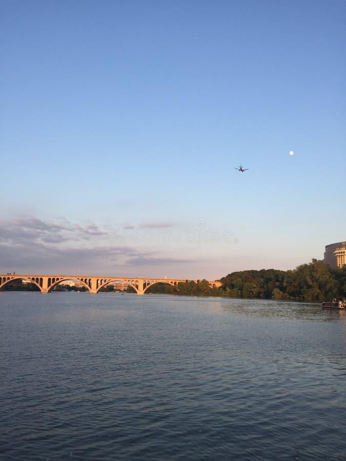 aeroplano sopra il fiume Potomac nella D C fotografia stock