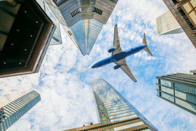 Aeroplano sopra la città immagine stock libera da diritti