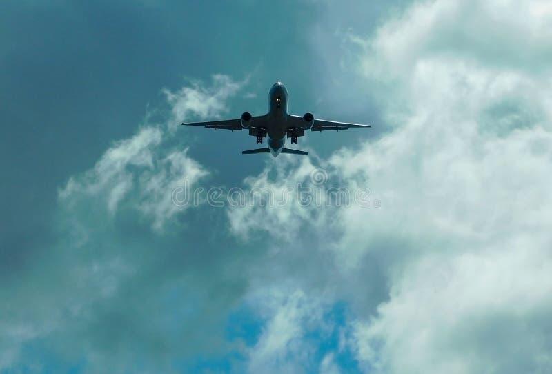 Aeroplano sopra la testa prima di atterraggio immagini stock