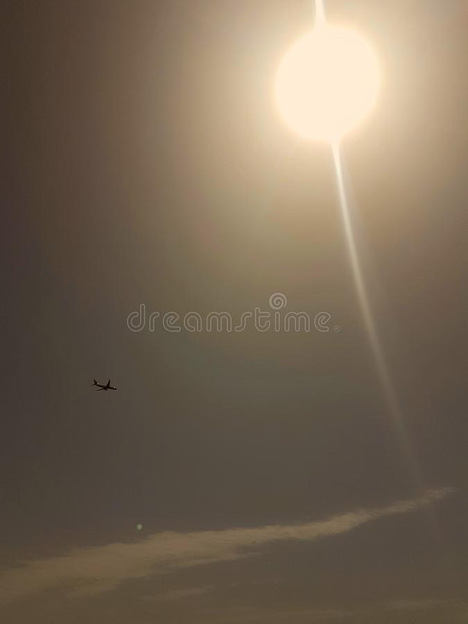 Aeroplano sotto il cielo immagini stock libere da diritti