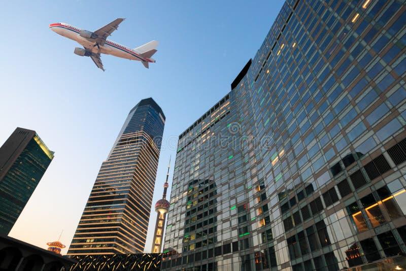 Aeroplano sulla città moderna fotografia stock