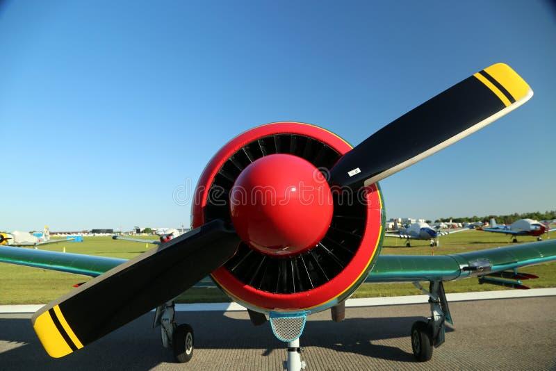 Aeroplano variopinto su esposizione a divertimento di Sun n fotografia stock libera da diritti