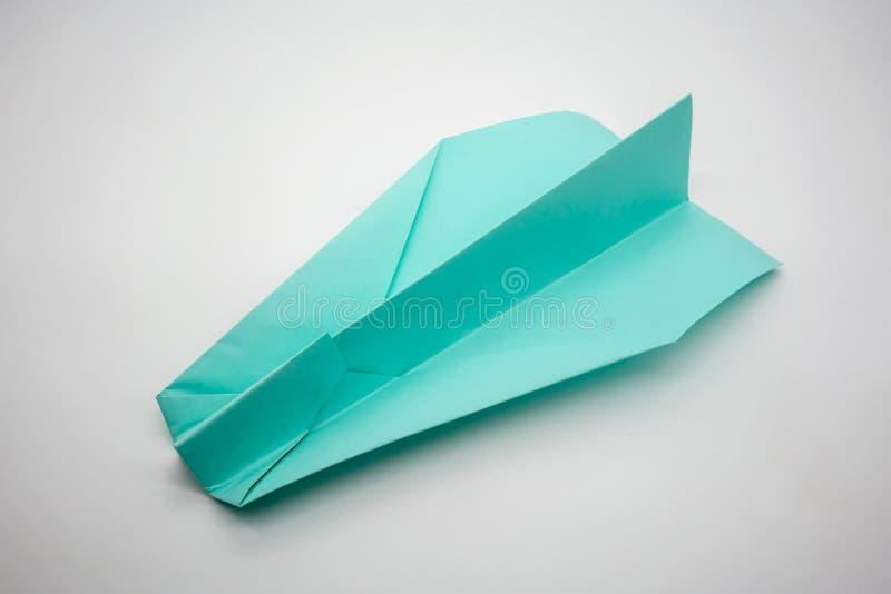 Aeroplano verde azul claro de papel de la papiroflexia aislado en el fondo blanco fotografía de archivo