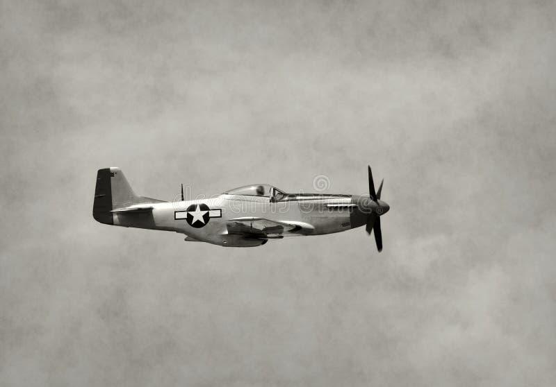 Aeroplano viejo del combatiente en vuelo foto de archivo