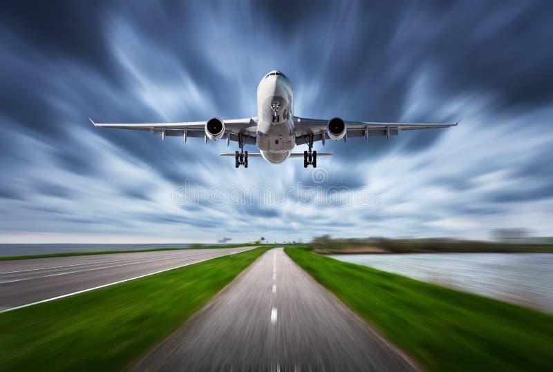Aeroplano y camino con efecto de la falta de definición de movimiento fotografía de archivo