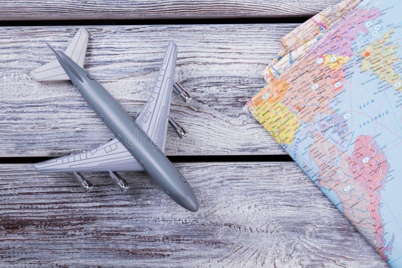 Aeroplano y mapa miniatura del juguete imagenes de archivo