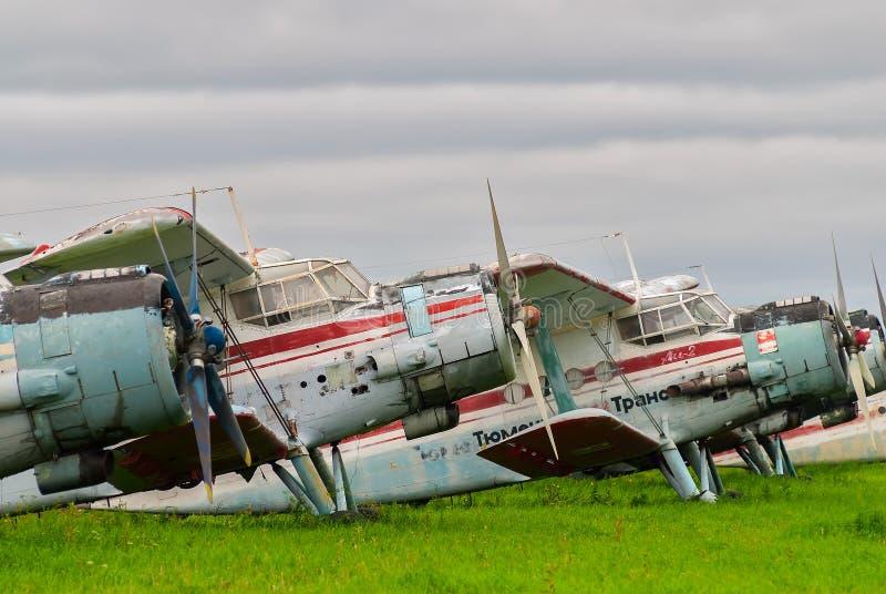 Aeroplanos Antonov-2 en estacionamiento imagen de archivo