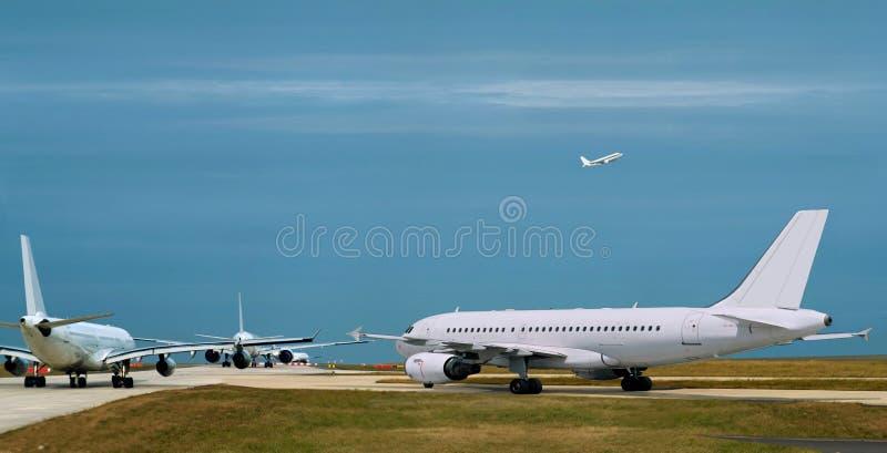 Aeroplanos, circulación densa. Aeropuerto ocupado. fotografía de archivo