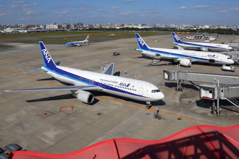 Aeroplanos de ANA All Nippon Airways en el aeropuerto de Fukuoka en Japón imagenes de archivo