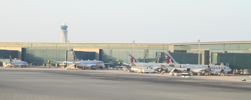 Aeroplanos de las líneas aéreas de Quatar en el aeropuerto fotografía de archivo libre de regalías