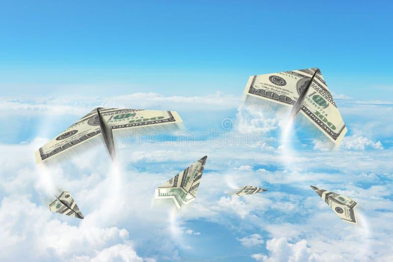 Aeroplanos de papel hechos de cientos billetes de dólar imagen de archivo
