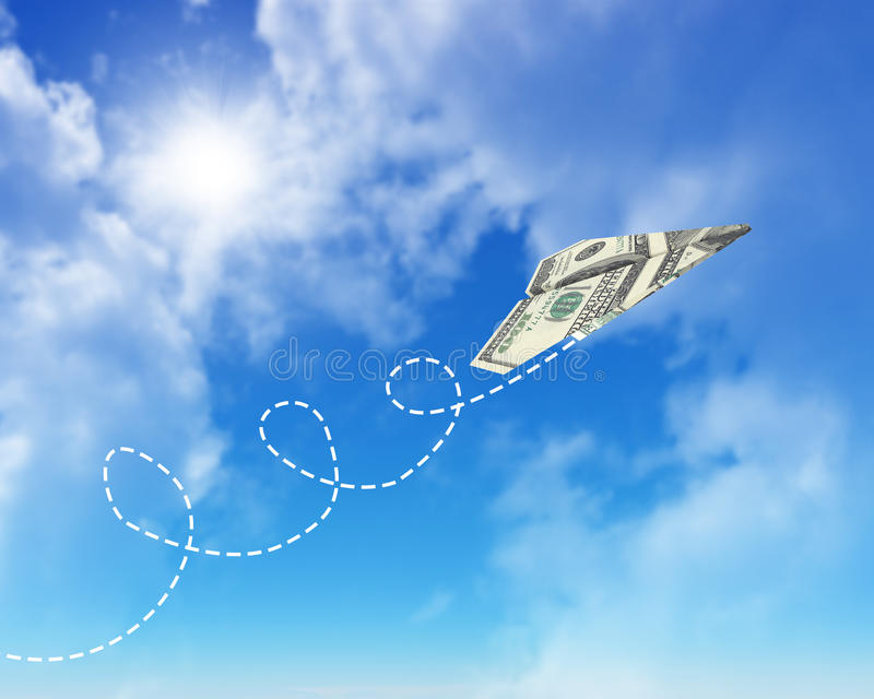 Aeroplanos de papel hechos de cientos billetes de dólar foto de archivo