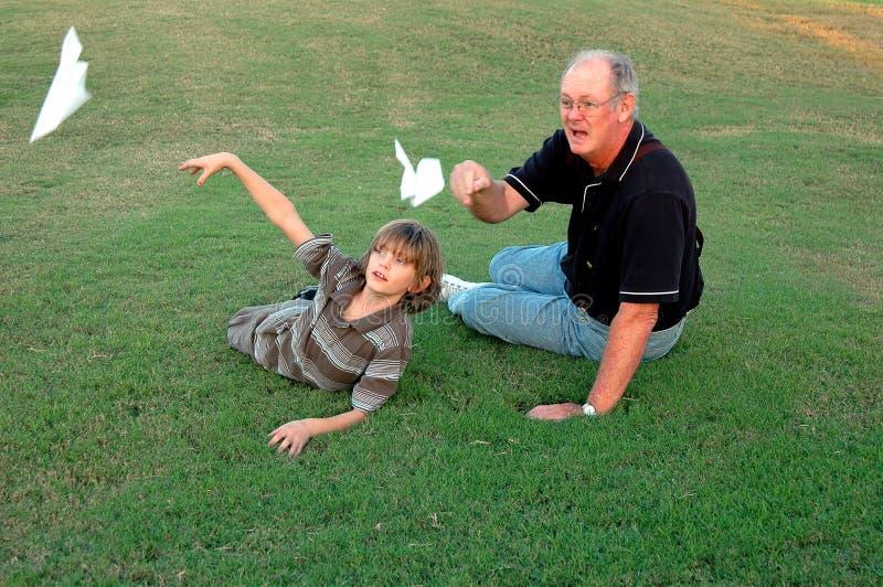 Aeroplanos de papel que vuelan fotos de archivo