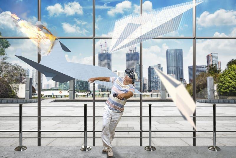Aeroplanos de papel virtuales y un hombre en auriculares de VR fotografía de archivo libre de regalías